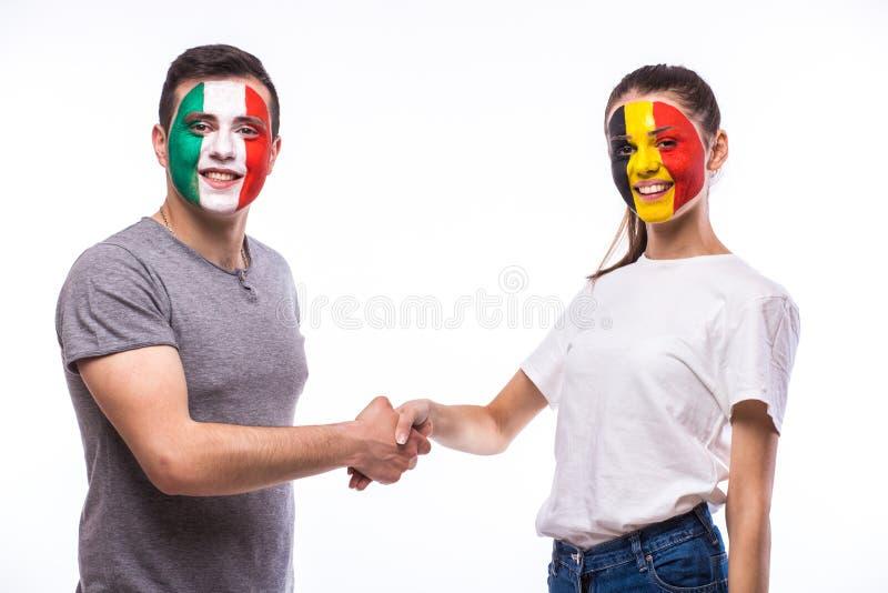 La Belgique contre la poignée de main de l'Italie du jeu égal sur le fond blanc images stock