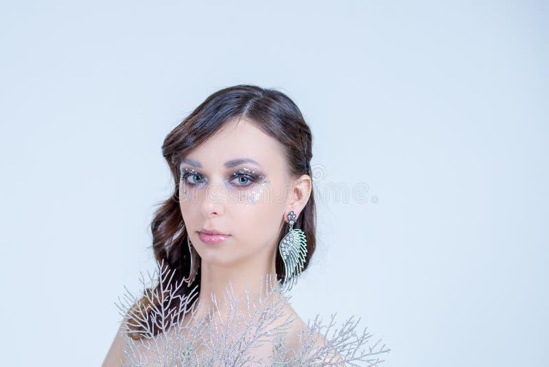 La bella alta moda compone l'immaginazione di scintillio di stile di capelli con la strizzatina d'occhio scintillante di cristall fotografia stock