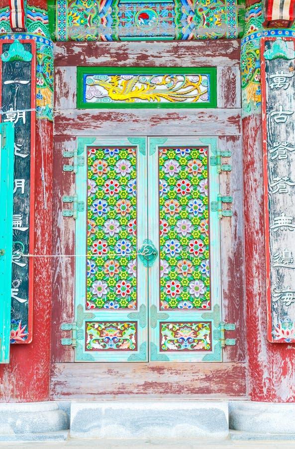 La bella architettura al tempio di Haedong Yonggungsa si siede sopra la a fotografie stock