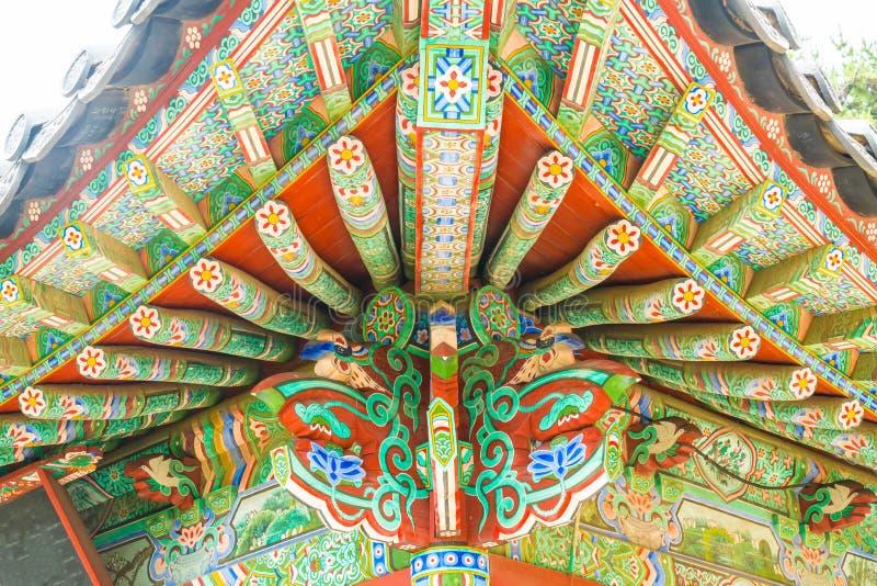 La bella architettura al tempio di Haedong Yonggungsa si siede sopra la a immagini stock