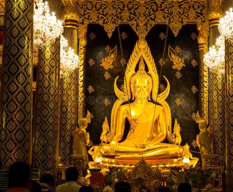 La bella arte tailandese famosa, statua dorata di Buddha in Phitsanulok, Tailandia immagine stock
