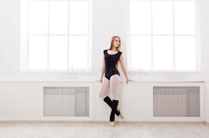 La bella ballerina sta la finestra vicina fotografia stock