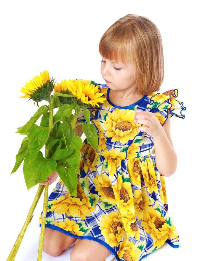 La bella bambina vede un bello giallo immagine stock