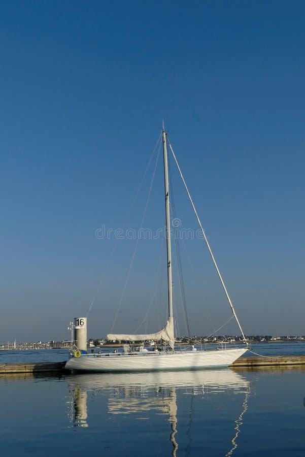 La bella barca a vela si è messa in bacino accanto al pilastro al porticciolo di Lorient, Brittany France immagini stock