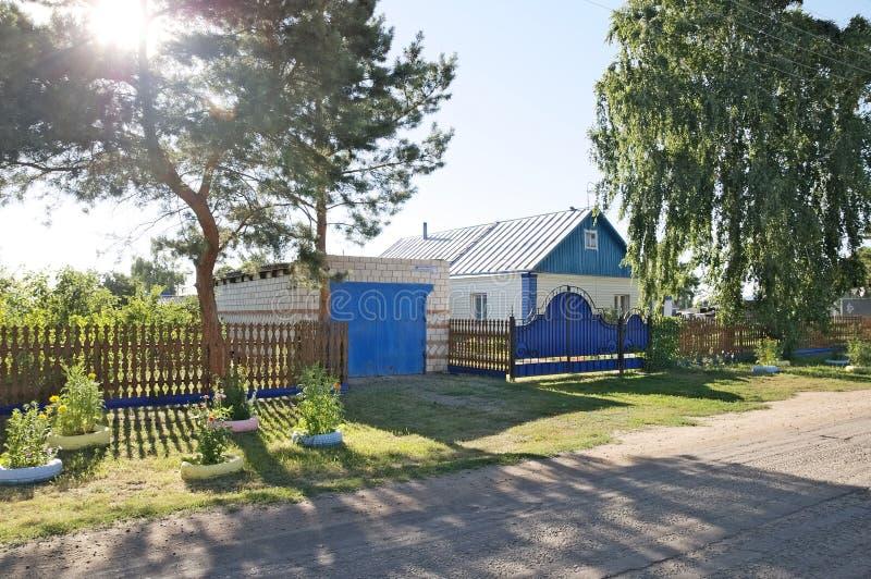 La bella casa suburbana fuori della vista con l'estate variopinta fa il giardinaggio immagini stock libere da diritti