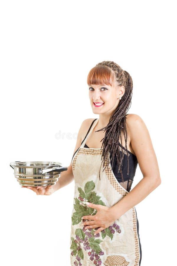 La bella casalinga della ragazza stringe a sé lo stomaco che gode di buon pasto immagine stock libera da diritti