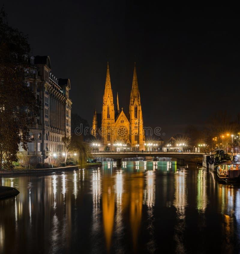 La bella chiesa di Saint Paul a Strasburgo ha evidenziato alla notte fotografie stock