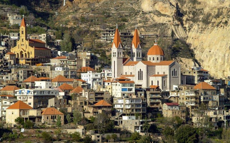 La bella città della montagna di Bcharre nel Libano fotografia stock libera da diritti