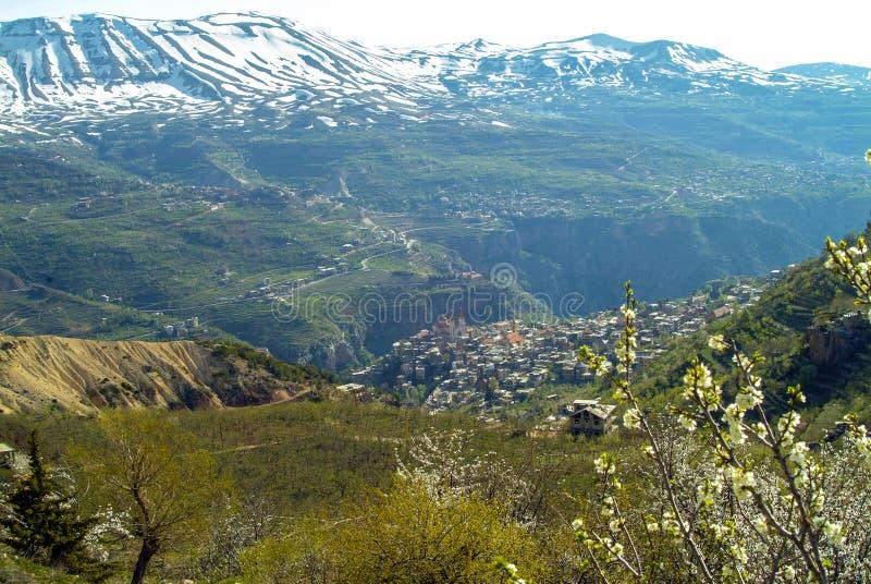 La bella città della montagna di Bcharre nel Libano fotografia stock