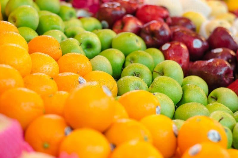 La bella combinazione di colore, il limone e l'esposizione verde del fondo della mela al mercato si bloccano fotografia stock