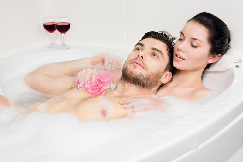 La bella coppia sta prendendo un bagno fotografie stock libere da diritti