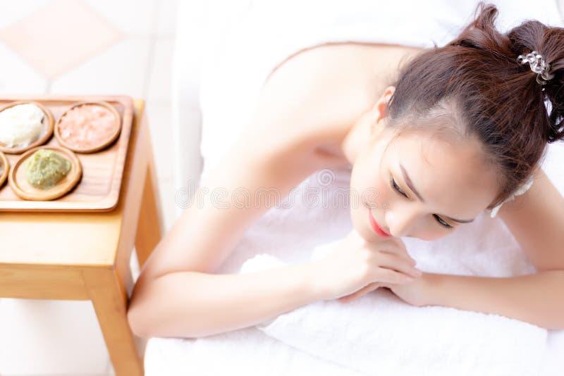 La bella donna affascinante del cliente ottiene il servizio soddisfatto dell'aroma fotografia stock