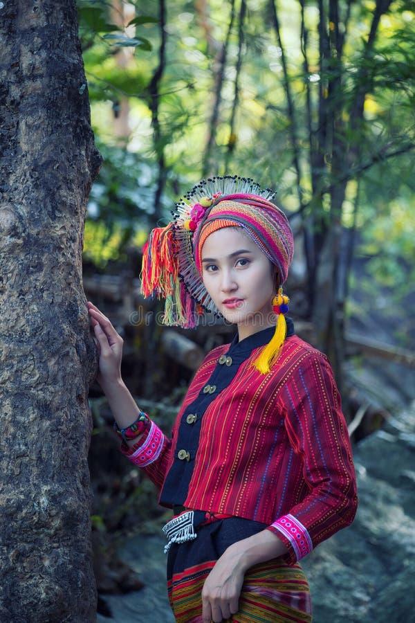 La bella donna asiatica con il vestito tradizionale da Karen esplora in FO immagine stock