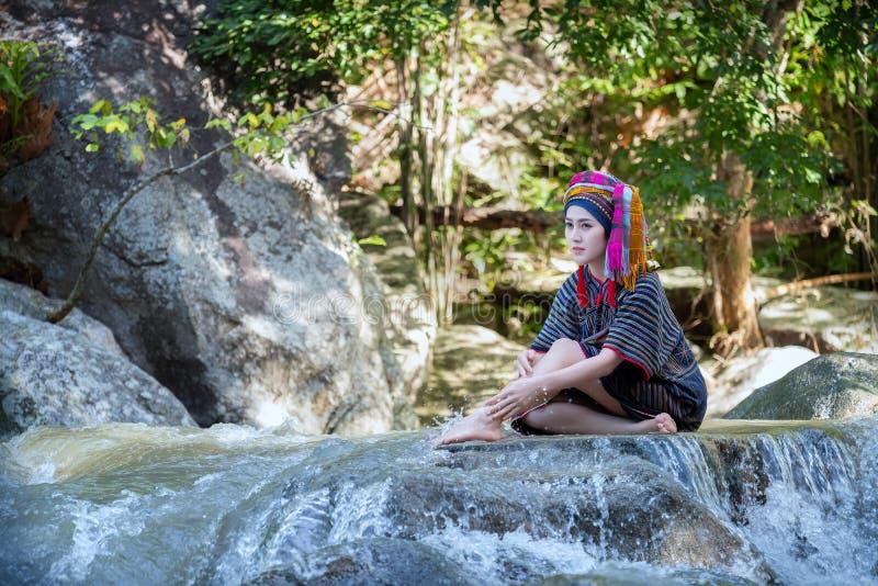 La bella donna asiatica con il vestito tradizionale tailandese esplora prende la s fotografia stock