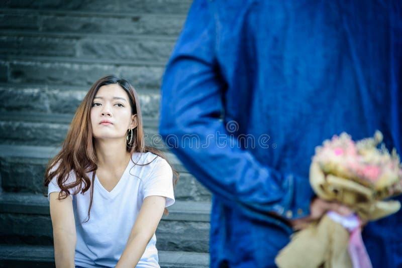 La bella donna asiatica ha parola di sguardo ed aspettante di spiacente immagine stock libera da diritti