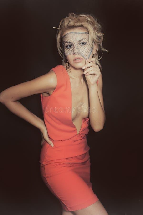 La bella donna bionda si è vestita in vestito ed in velo rossi immagini stock libere da diritti