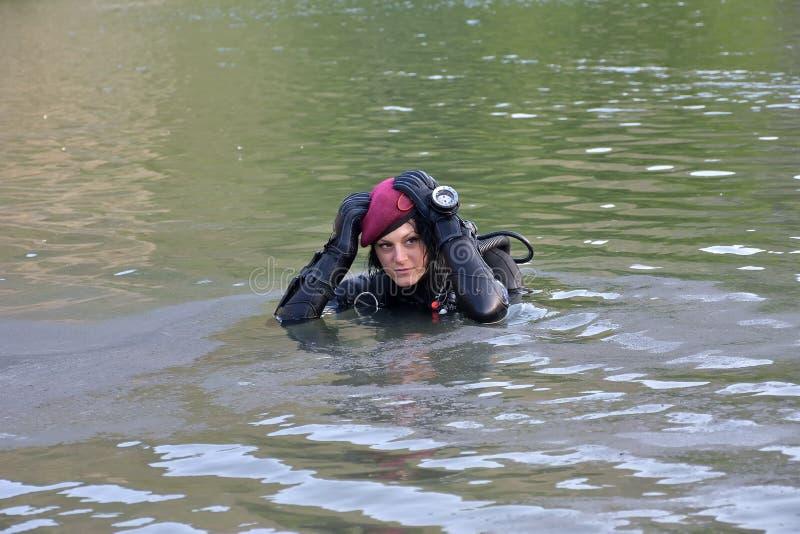 La bella donna caucasica dell'operatore subacqueo nell'acqua fotografie stock libere da diritti