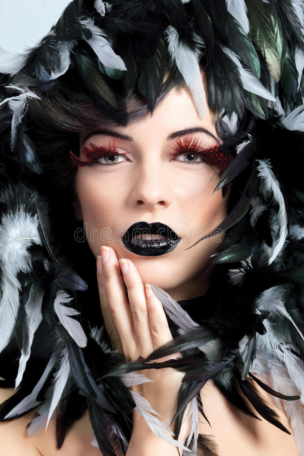 La bella donna compone il concetto e le piume intorno al collo e fotografie stock libere da diritti