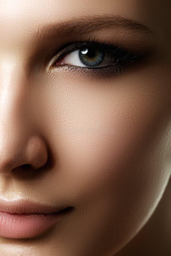 La bella donna con luminoso compone l'occhio con trucco sexy della fodera fotografie stock libere da diritti