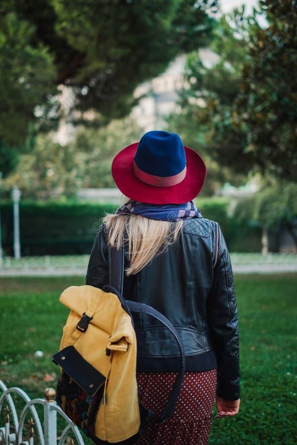 La bella donna dei capelli biondi gode della molla in parco verde fotografia stock