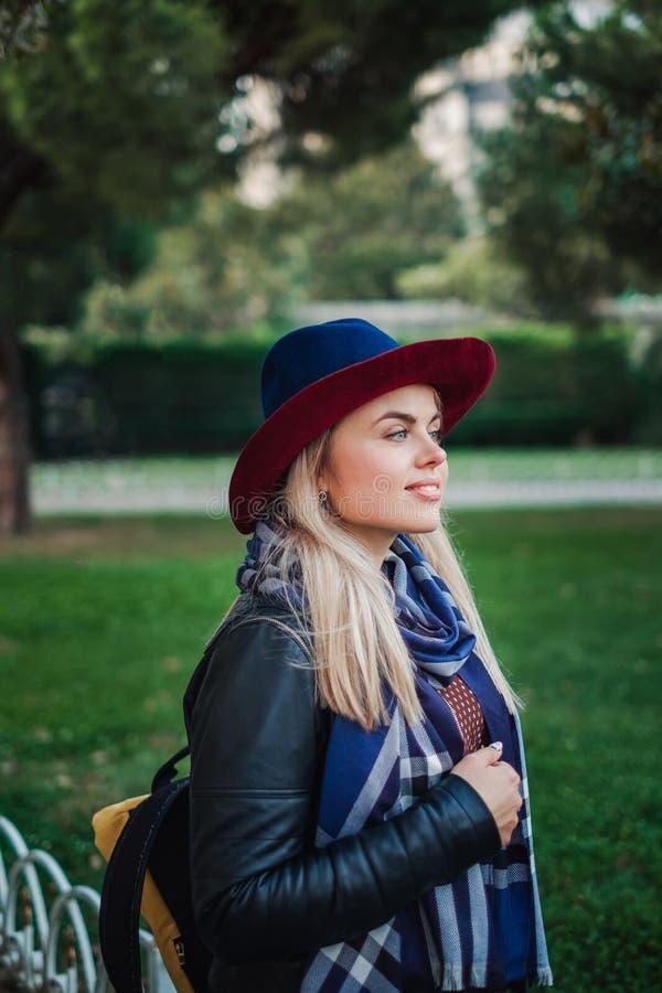 La bella donna dei capelli biondi gode della molla in parco verde fotografia stock libera da diritti