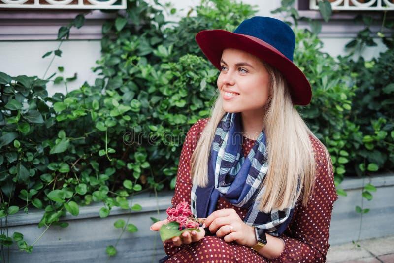 La bella donna dei capelli biondi gode della molla in parco verde fotografie stock