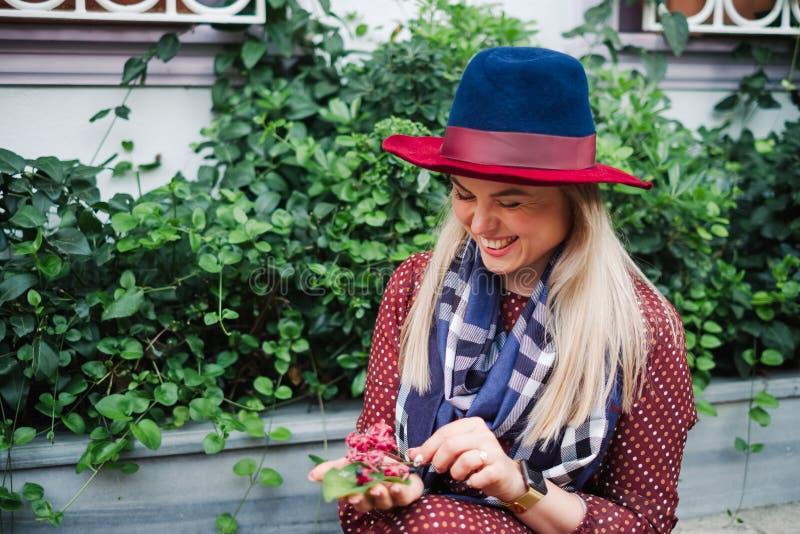 La bella donna dei capelli biondi gode della molla in parco verde immagini stock libere da diritti