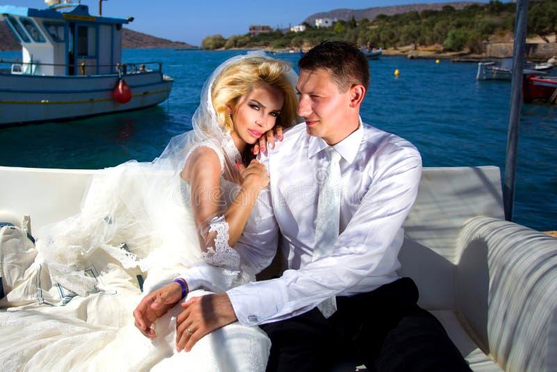 La bella donna delle giovani coppie adorabili dall'uomo bello concernente il bello Greco fotografia stock