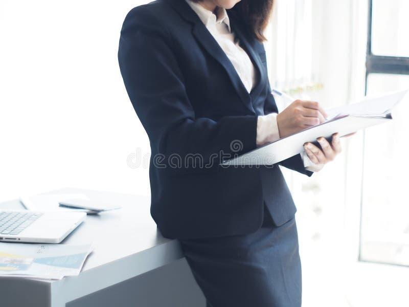 La bella donna di affari sta lavorando fotografia stock