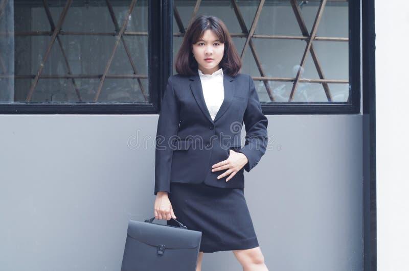 La bella donna di affari sta lavorando immagine stock libera da diritti