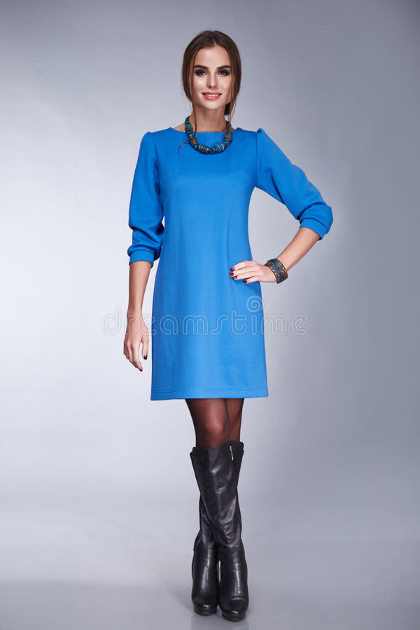 La bella donna di stile del vestito da modo copre il trucco fotografie stock