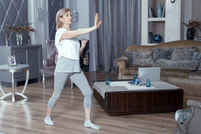 La bella donna fa l'esercizio di forma fisica che fa i colpi immagini stock libere da diritti