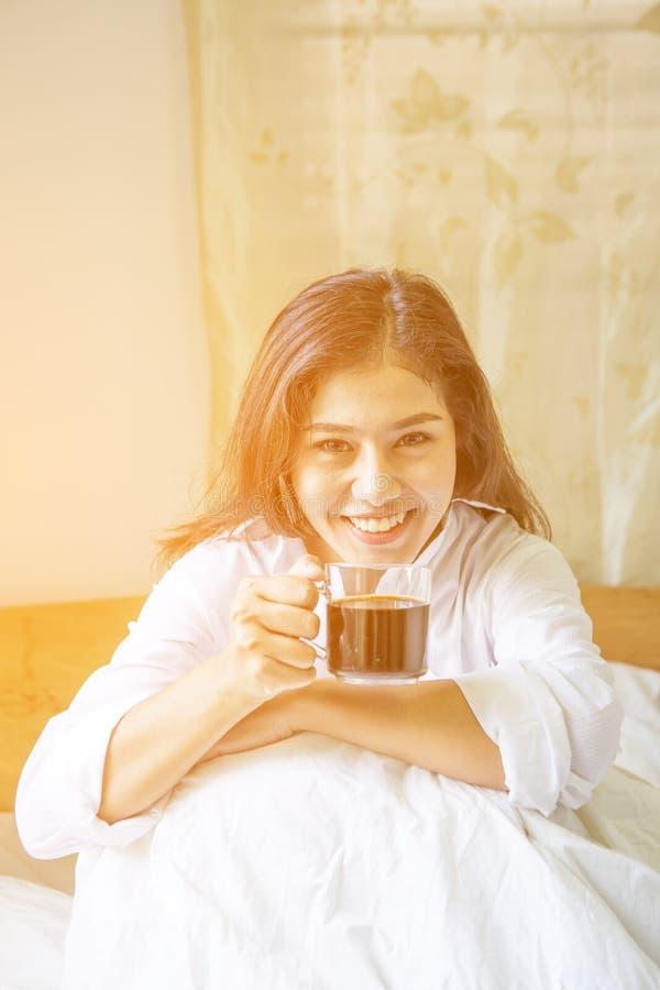 La bella donna ha caffè immagini stock libere da diritti