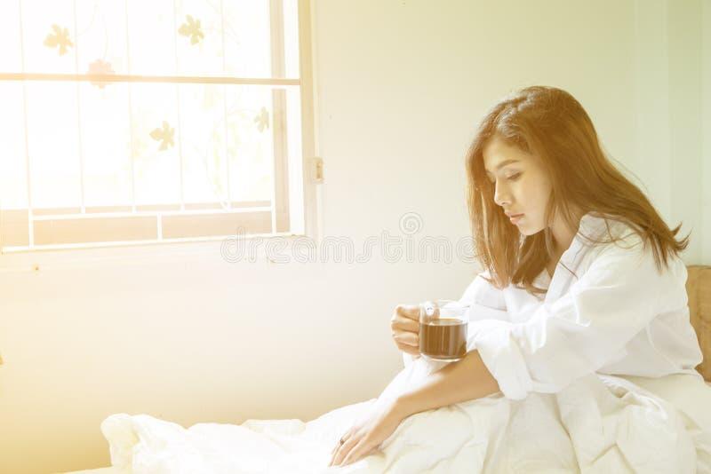 La bella donna ha caffè fotografia stock