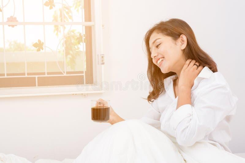 La bella donna ha caffè immagine stock libera da diritti