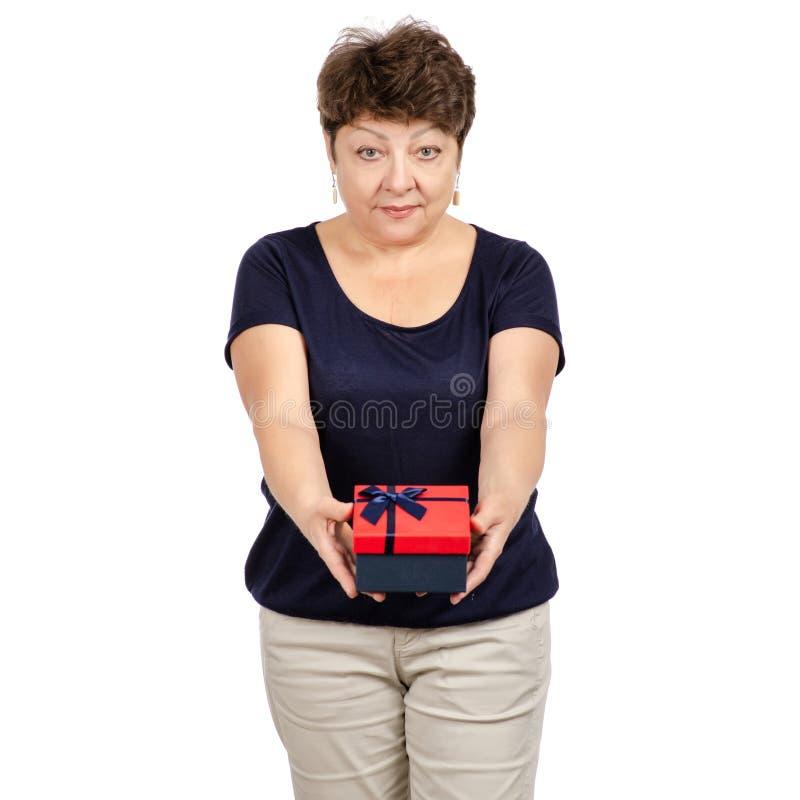 La bella donna invecchiata sta tenendo un regalo della scatola fotografia stock