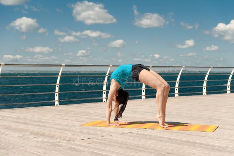 Download La Bella Donna Pratica L'yoga Sul Mare Immagine Stock - Immagine di idoneità, fresco: 56880151