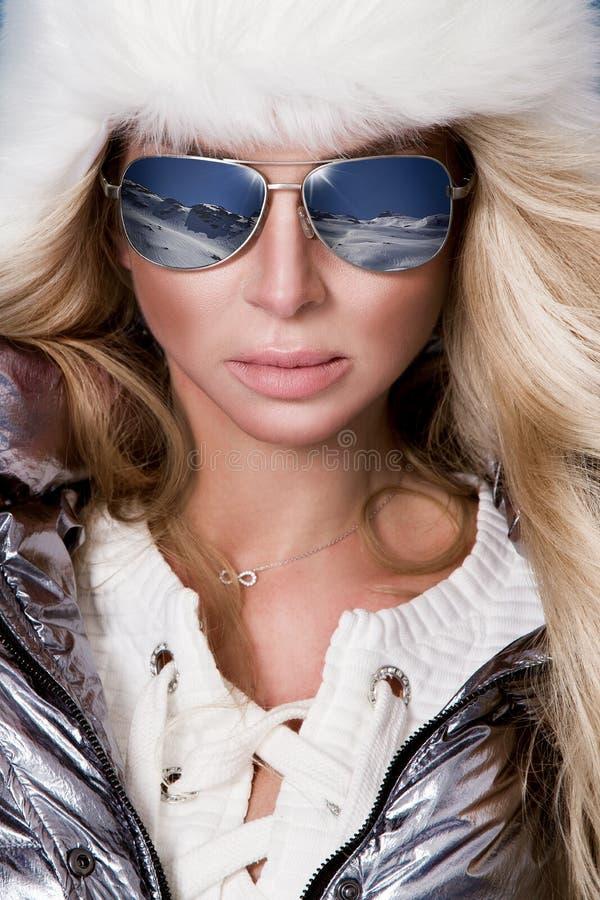 La bella donna sbalorditiva con capelli biondi lunghi ed il fronte perfetto si è vestita in abbigliamento dell'inverno, rivestime fotografia stock libera da diritti