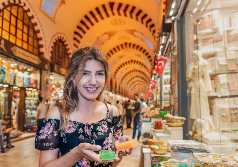 La bella donna sembra i saponi tradizionali nel bazar dell'Egitto fotografie stock