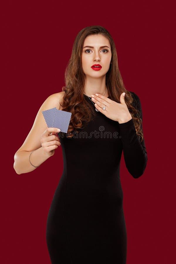La bella donna sicura che mostra la mazza carda l'esame della macchina fotografica con il posto della copia immagini stock libere da diritti