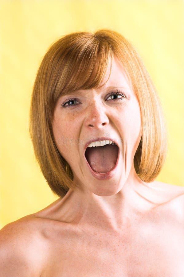 La bella donna sta gridando immagini stock libere da diritti