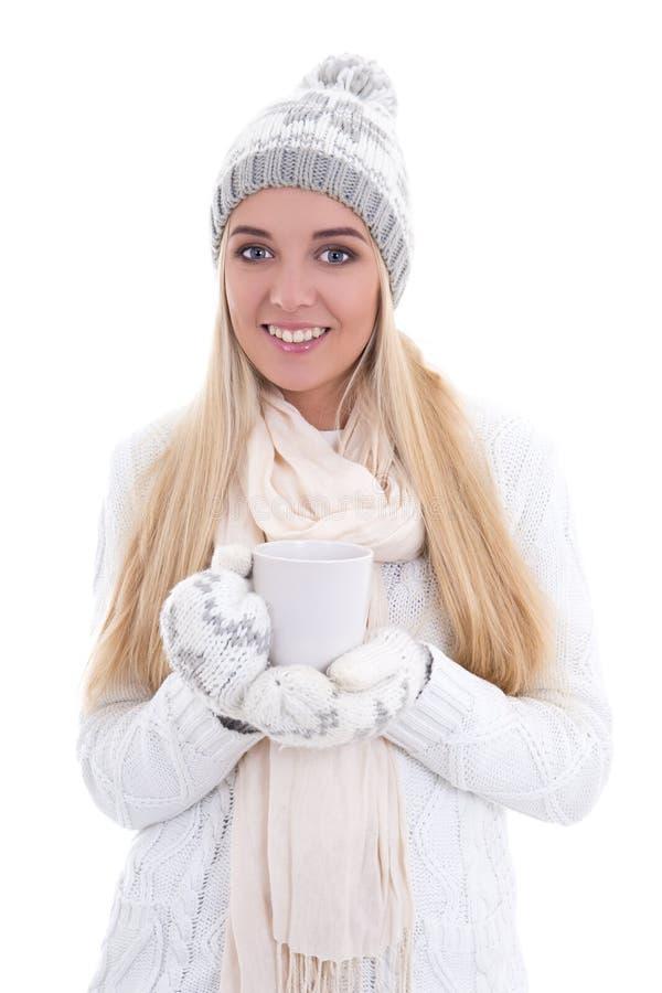 La bella donna sveglia nell'inverno copre con la tazza di tè o di caffè immagine stock