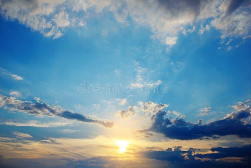 La bella ed alba celeste nelle montagne abbellisce, nordico della Tailandia fotografia stock