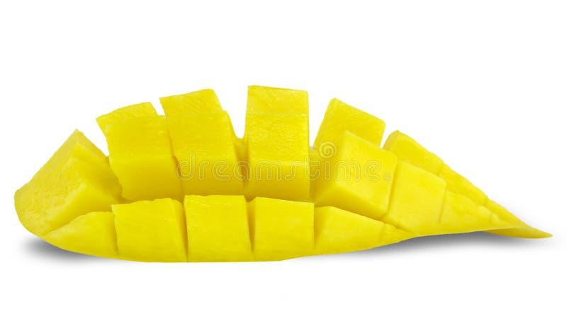 La bella fetta dolce matura gialla della frutta del mango e del mango con i cubi ha isolato il fondo bianco fotografia stock