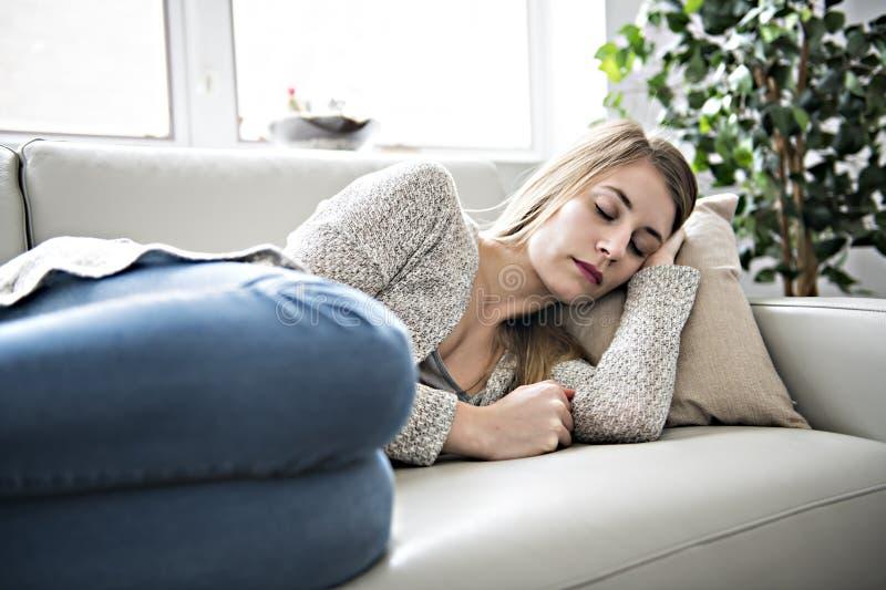 La bella giovane donna è addormentata e vedente i sogni dolci fotografia stock