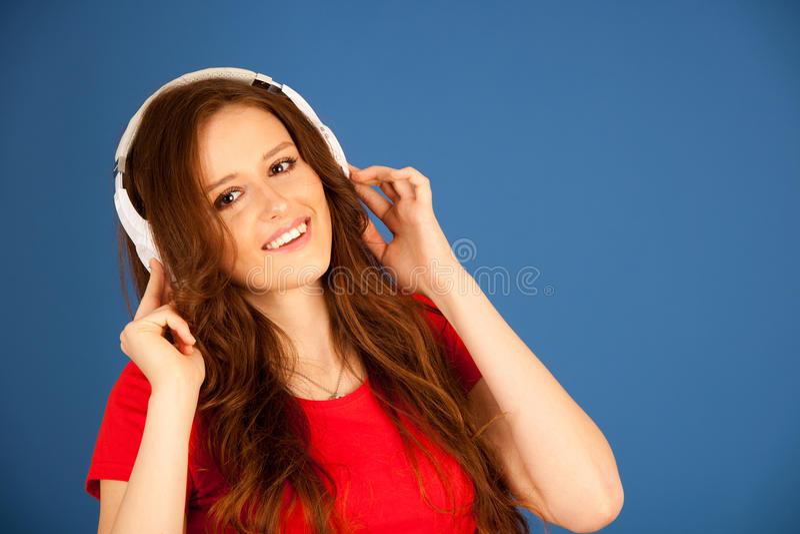 La bella giovane donna ascolta la musica sopra il BAC vibrante di colore fotografia stock libera da diritti
