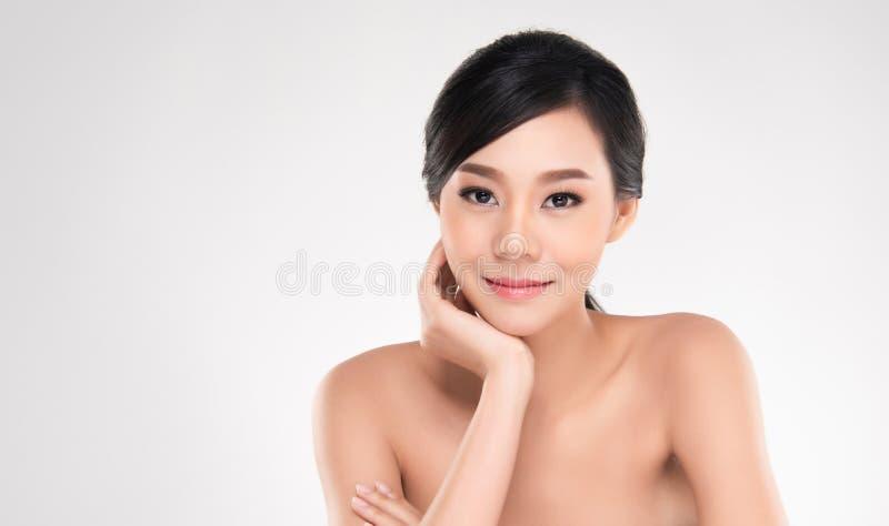 La bella giovane donna asiatica con pelle fresca pulita distoglie lo sguardo, Gir immagini stock libere da diritti