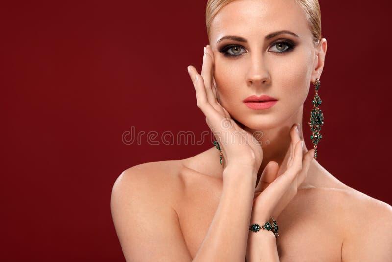 La bella giovane donna con il tocco fresco pulito della pelle possiede il fronte Trattamento facciale Cosmetologia, bellezza e st fotografie stock