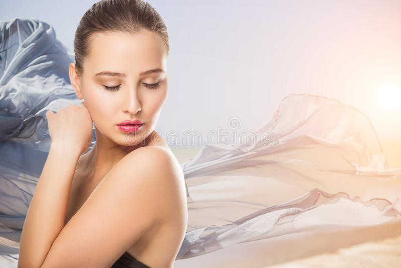 La bella giovane donna con il tocco fresco pulito della pelle possiede il fronte Trattamento facciale Cosmetologia, bellezza e st immagini stock