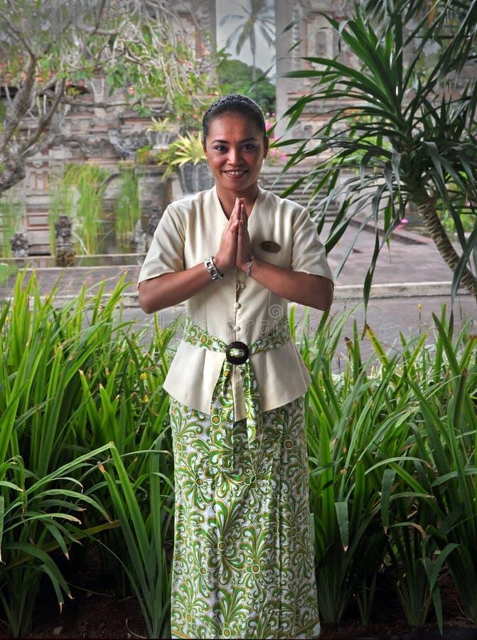 La bella giovane donna di Balinese mostra il saluto del Bali immagine stock libera da diritti
